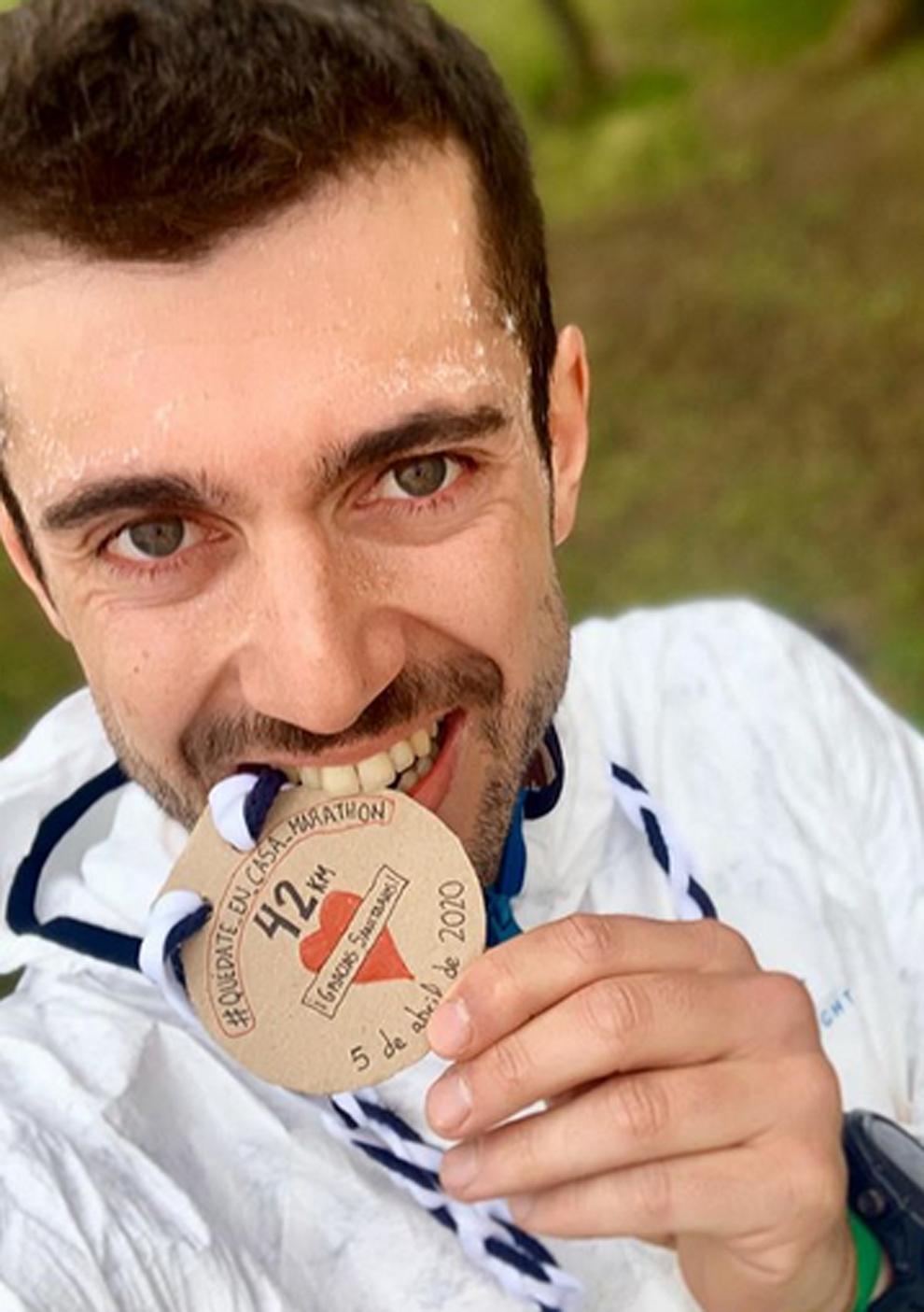 El atleta leonés Javier Garcés tras terminar un maratón en el...