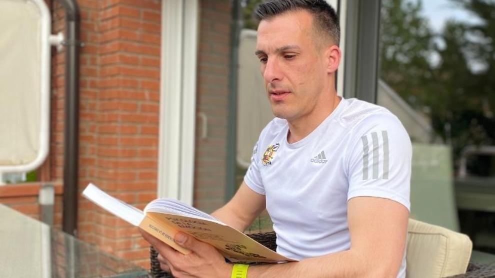 Estrada Fernández leyendo en la terraza de su casa