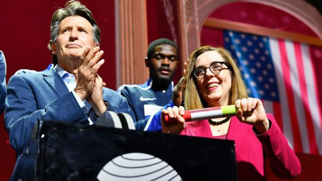 La gobernadora de Oregon, Kate Brown, recoge el testigo del Mundial de...