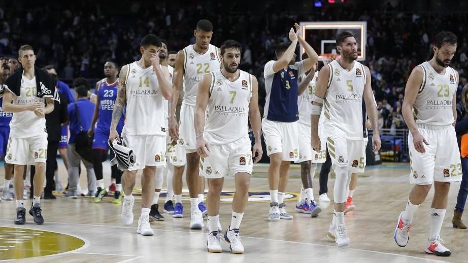 Los jugadores del Real Madrid se retiran a los vestuarios después de...