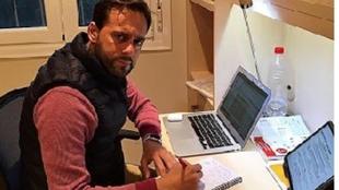 Fran Fernández. delante del ordenador en su casa