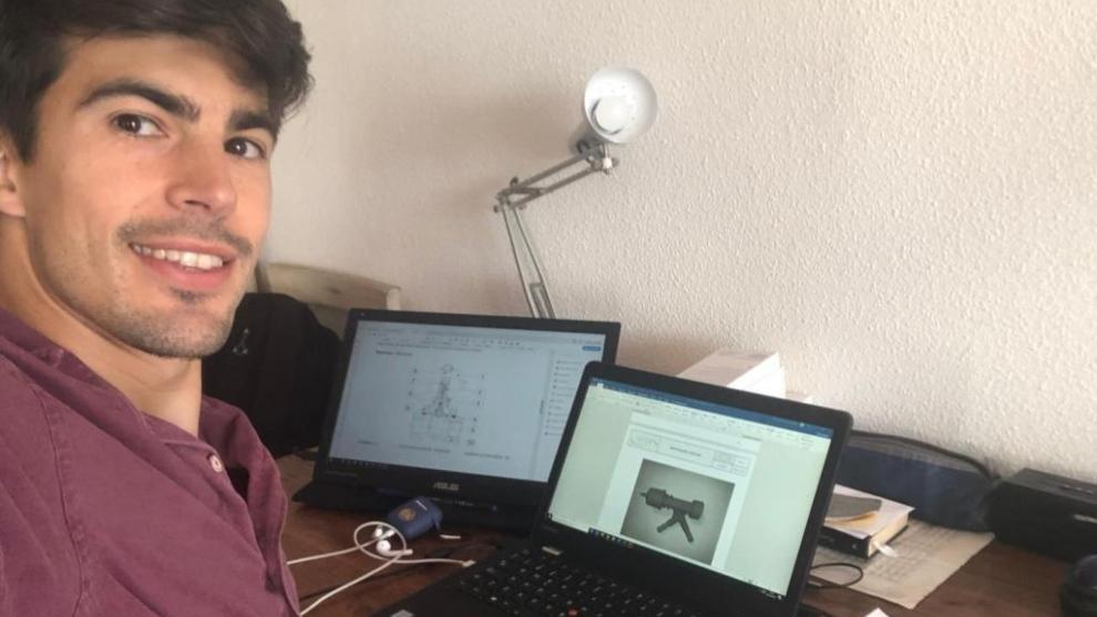 Álex Quintanilla, delante del  ordenador en su casa