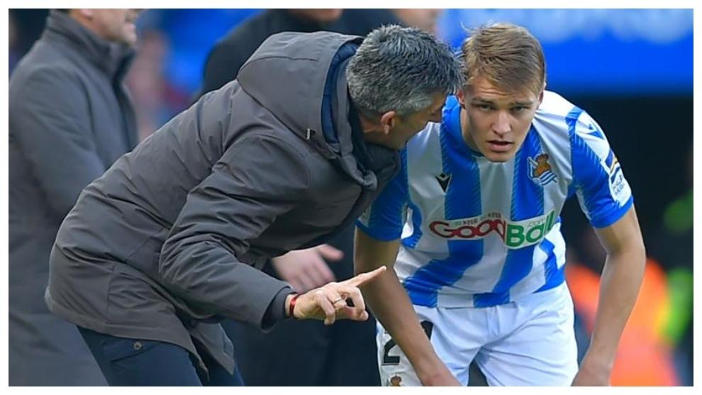 Imanol da instrucciones a Odegaard durante un  partido de la Real.