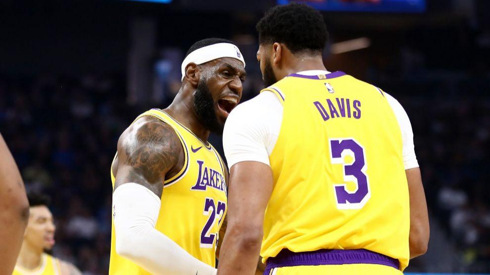 LeBron James y Anthony Davis en un partido.