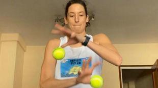 Laura Ester haciendo ejercicios de coordinación con una pelota de...