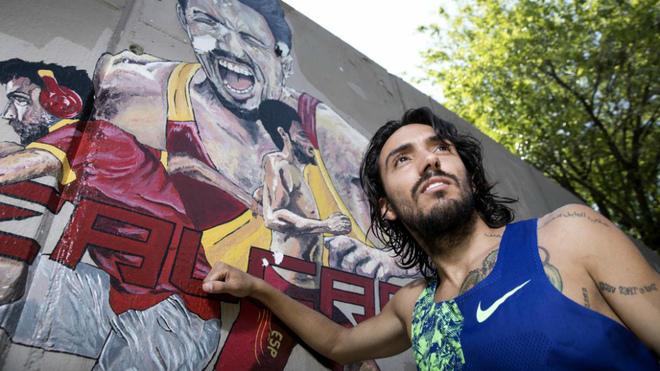 Fernando Carro delante del mural que le dedicó un amigo.