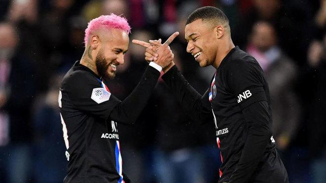 Neymar y Mbappé se saludan tras marcar un gol.