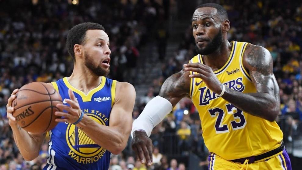 Stephen Curry, defendido por LeBron James.