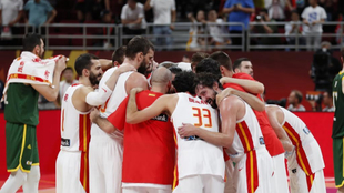 Los jugadores de España celebran el pase a la final.