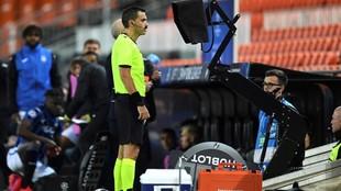 El árbitro rumano Ovidiu Hategan consulta el VAR en el...