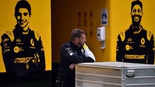 Un miembro del equipo Renault, el día de la cancelación del GP de...