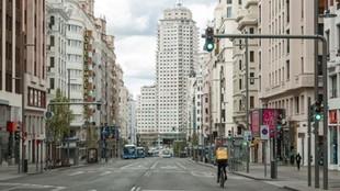La calle Gran Vía de Madrid sin gente y apenas tráfico.