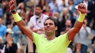 Rafa Nadal levanta las manos tras ganar Roland Garros en 2019.