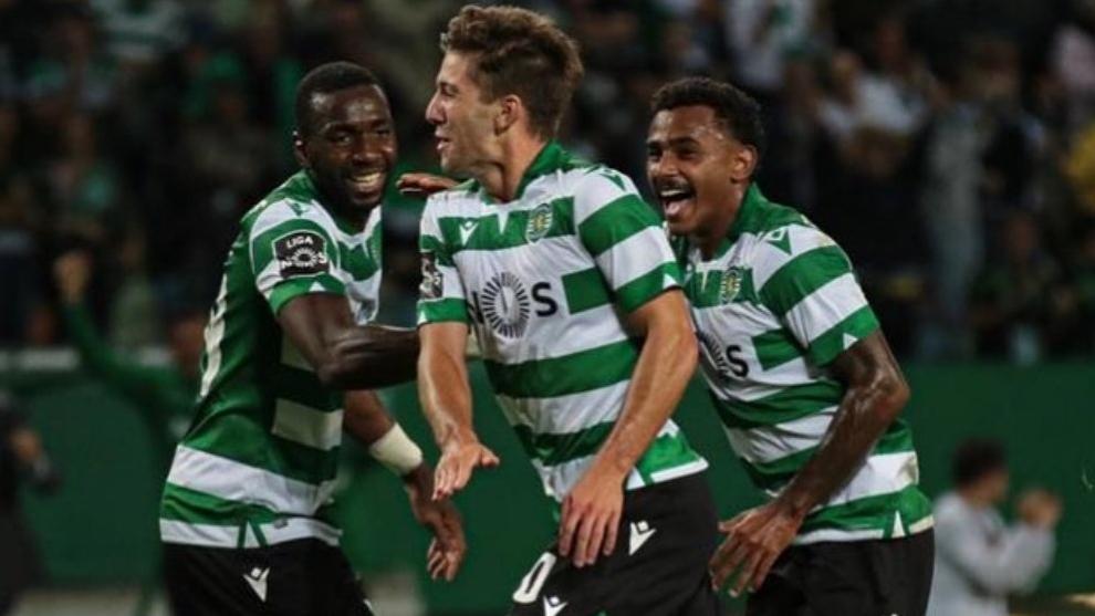 Los futbolistas del Sporting CP celebran un gol