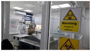 Trabajos en un laboratorio sobre el COVID-19.