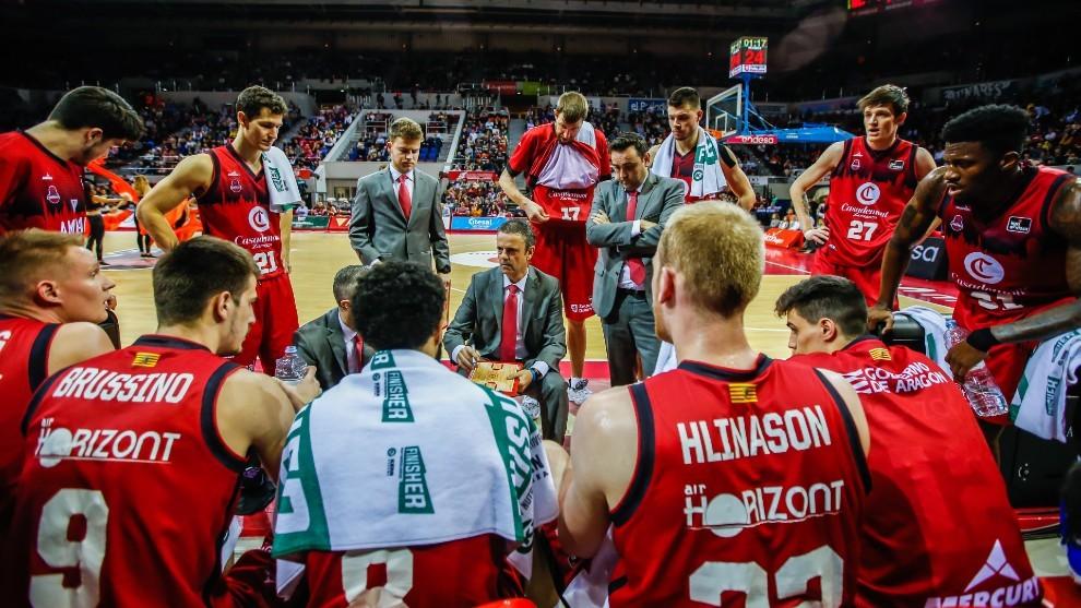 Porfirio Fisac da instrucciones a sus jugadores durante un tiempo...