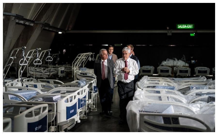 Sebastián Piñera y su ministro de Sanidad, Jaime Manalich, visitan...