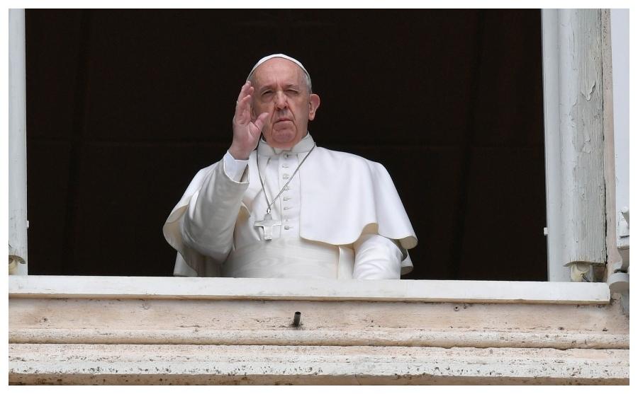 El Papa, rezando esta mañana el Regina Coeli.