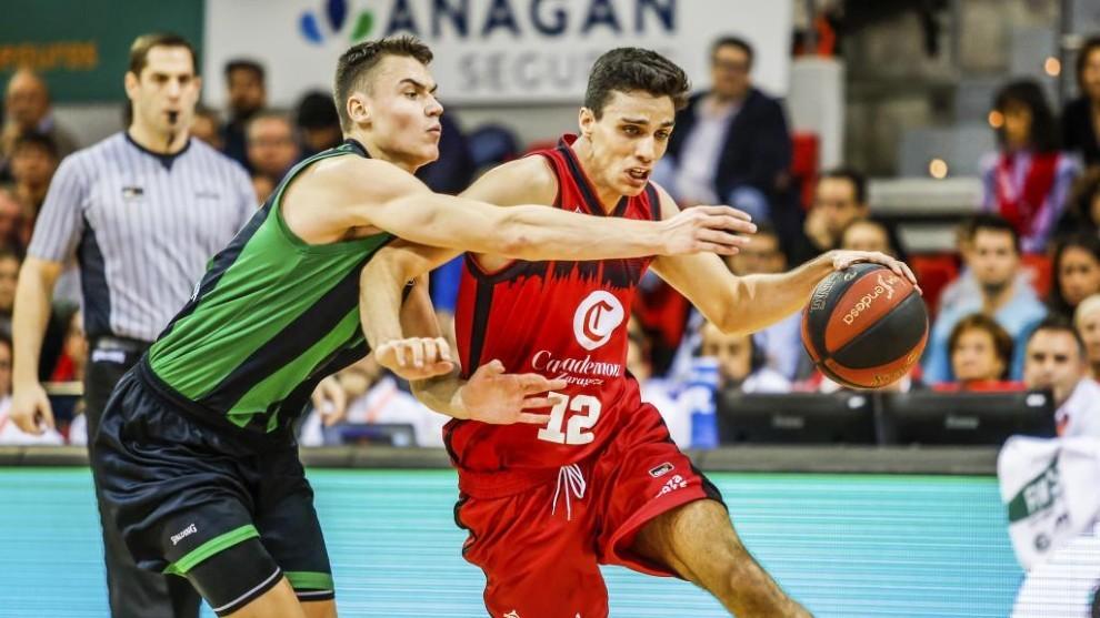 Alocén conduce el balón en un partido entre el Casademont Zaragoza y...