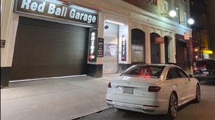 El Audi A8 blanco delante del Red Ball Garage desde el que se inicia...