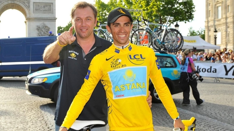 Johan Bruyneel con Alberto Contador en los Campos Elíseos