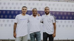 Thiago y Rafinha junto a su padre Mazinho durante un acto de su...