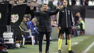 Manuel Mosquera gesticula durante el partido del Extremadura en...