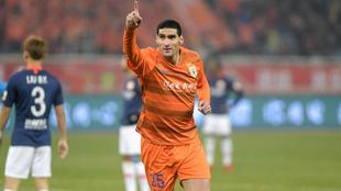 Fellaini celebra un gol con Shandong Luneng