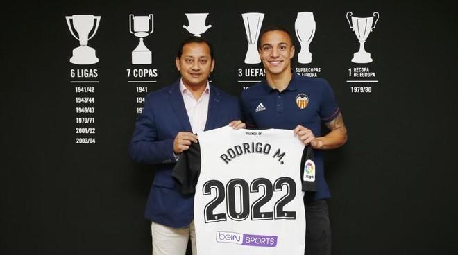 Rodrigo en el momento de renovar contrato con el Valencia hasta 30 de...