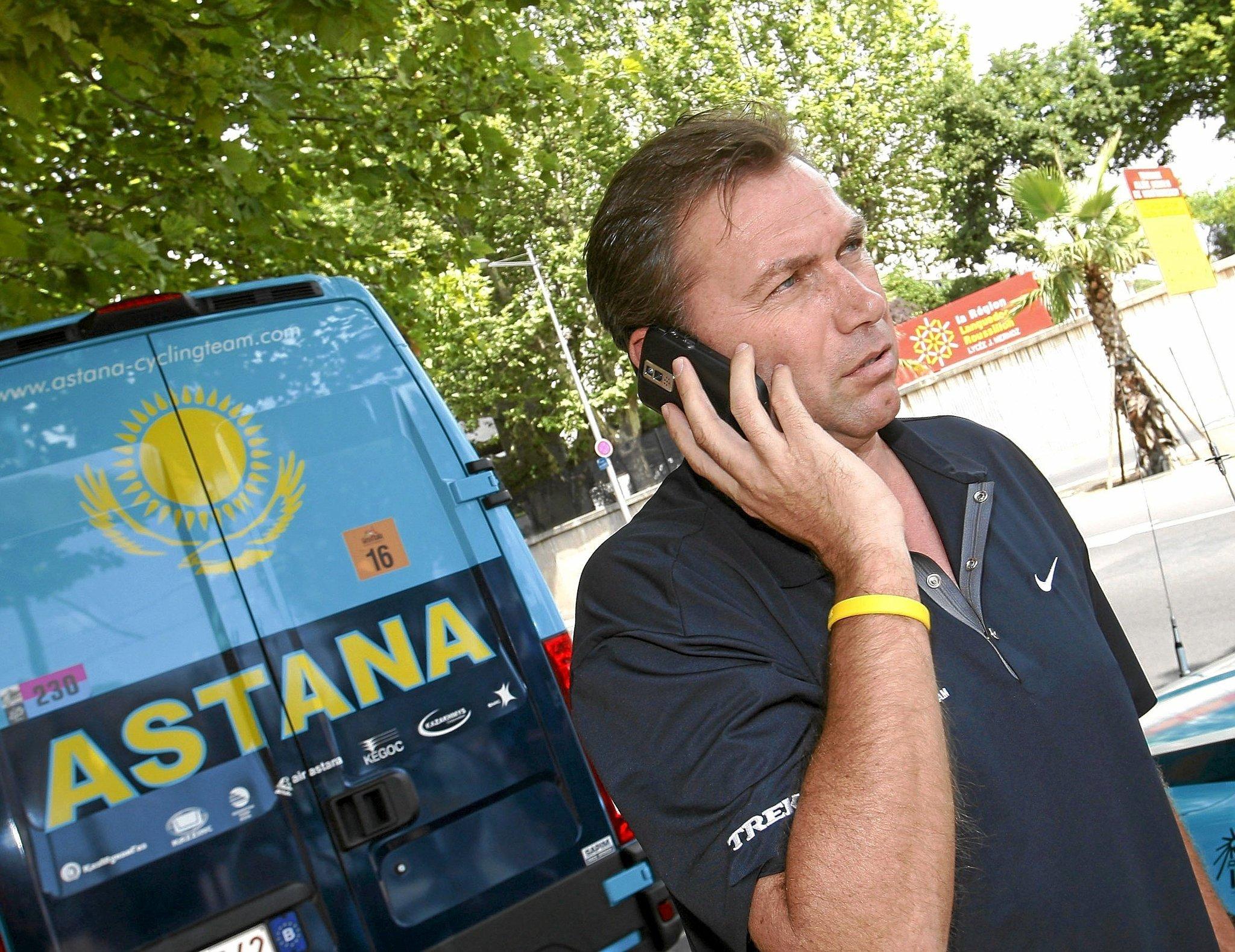 TOUR 2009. ANDANDO POR LA CALLE MIENTRAS HABLA POR TELEFONO