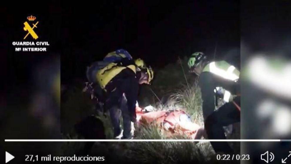 La mujer tuvo que ser transportada por una zona abrupta durante más...