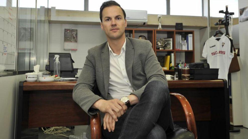 Víctor Varela posa para MARCA en su despacho en el Carlos Belmonte...
