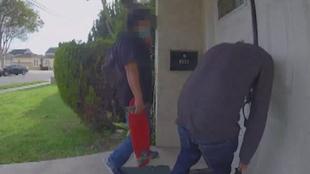 Terrorismo doméstico con el coronavirus:  personas lamen y escupen puertas