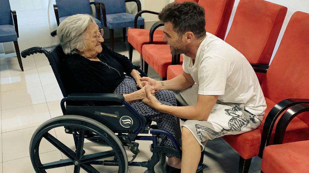 Fonsi Nieto, con su abuela hace un año.