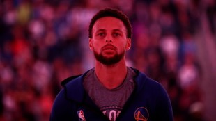 Stephen Curry, pensativo antes de un partido de los Warriors.