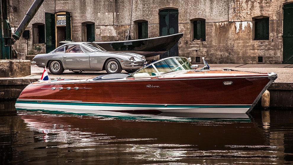 Tras la Riva Aquarama ya restaurada, un Lamborghini 350 GT, modelo del...