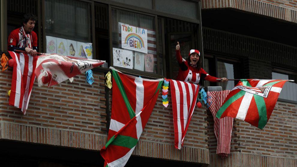 Los aficionados del Athletic ya sacaron sus banderas al balcón el...