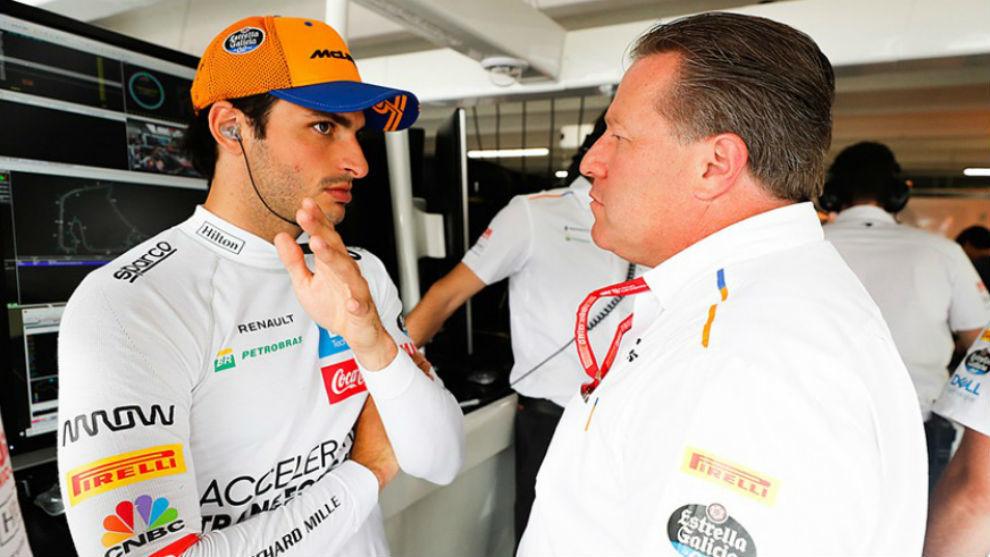 Zak Brown, junto a Carlos Sainz, en una imagen de archivo.
