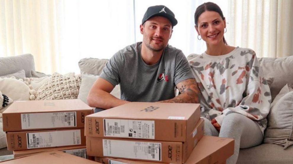 Seferovic, junto a su mujer Amina y la partida de portátiles para los...