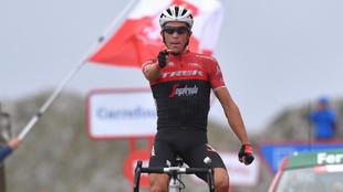 Alberto Contador celebra la etapa en L'Angliru.