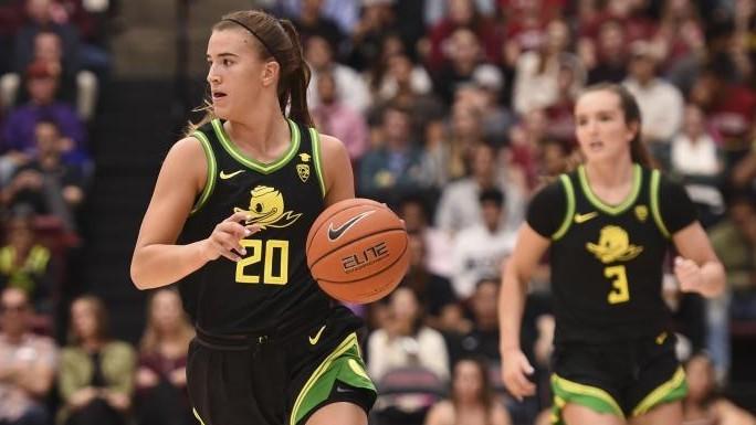 Sabrina Ionescu sube el balón durante un partido con la Universidad...