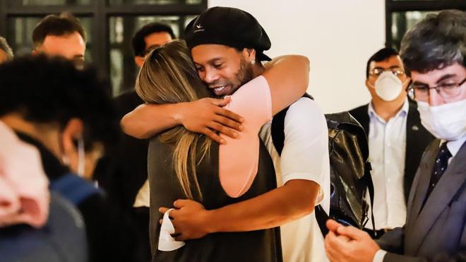 Ronaldinho se abraza a una amiga a su salida de prisión.