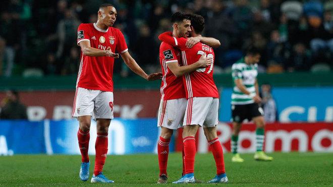 Los jugadores del Benfica se abrazan tras ganar al Sporting.