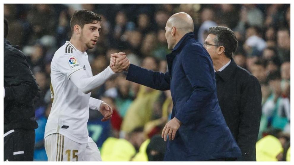 Valverde saluda a Zidane tras ser sustituido en un partido.