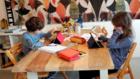 Dos alumnos de primaria realizan las tareas escolares desde casa.
