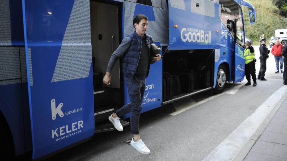 Mikel Oyarzábal bajando del autobús de la Real Sociedad.