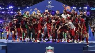 El LIverpool levantado la Champions conquistada en el Metropolitano.