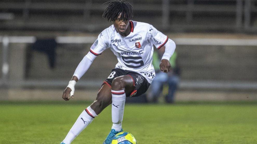 Camavinga controla el balón durante un partido entre Nimes y Rennes.