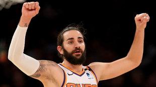 Ricky Rubio señala jugada a sus compañeros en los Suns
