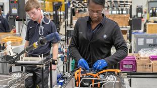 Un grupo de trabajadores de la fábrica de BMW Spartanburg (EEUU)...